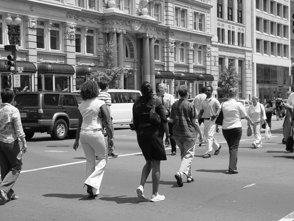 Pedestrians_crossing_the_street_in_downtown_Washington_DC