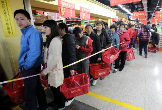 chinese-customers-flock-to-buy-salt-at-a-supermarket-in-beijing-560x381
