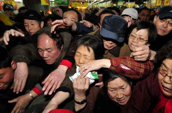 chinese-customers-flock-to-buy-salt-at-a-supermarket-in-lanzhou-560x371