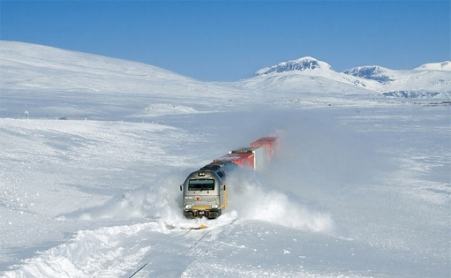 Freight train in Norway plowing through snow at 100kph 212