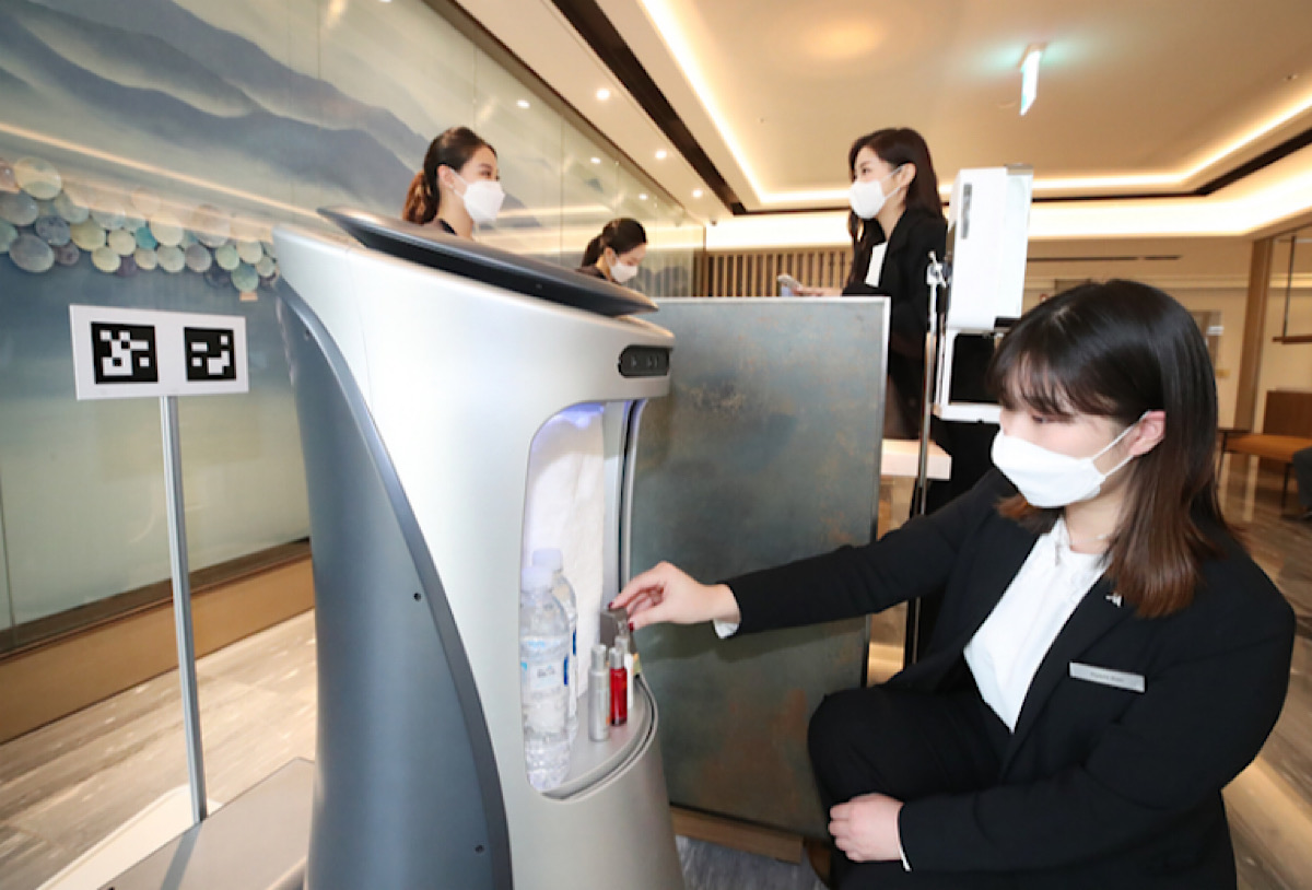 Hyundai unveils hotel robot developed with KT